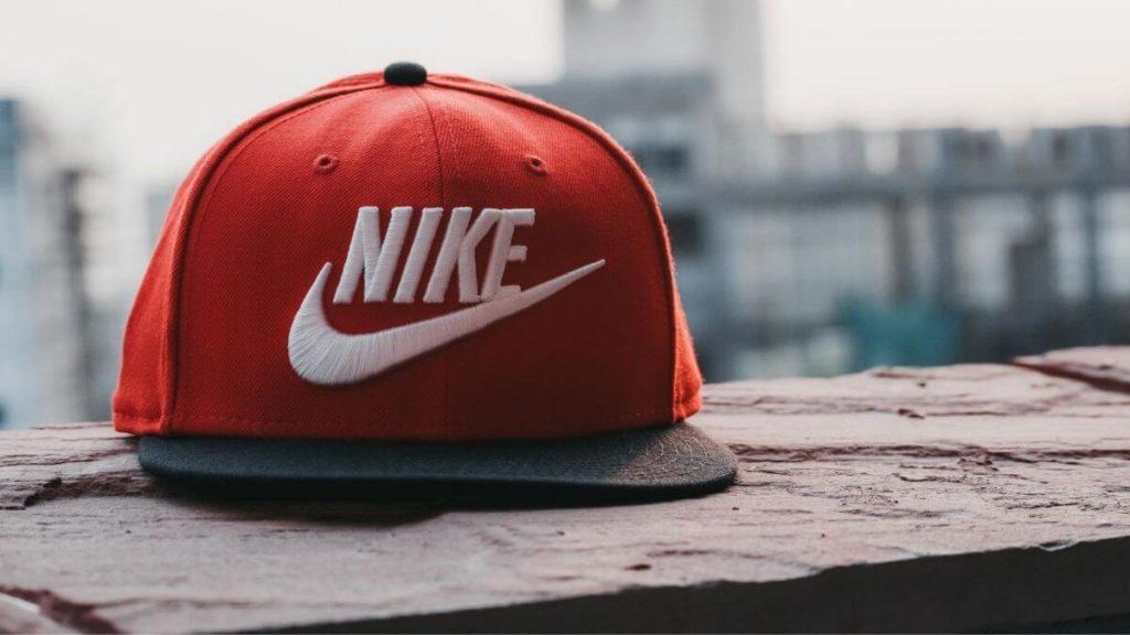 """O swoosh da Nike se tornou tão conhecido que a palavra """"Nike"""" não precisa mais aparecer com ele para reconhecimento."""
